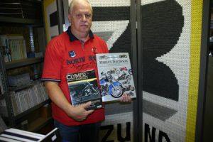 Boekhandelaar De Groot met motordocumentatie Harley Davidson