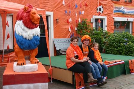 Irenestraat Goirle, wachten op de wedstrijd van het Nederlands elftal.